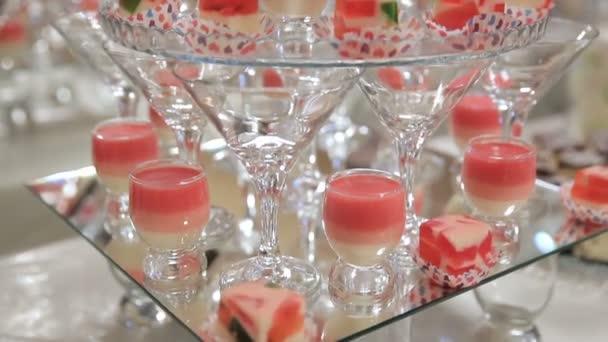Cocktails mit Kirschen und Desserts vor Spiegelhintergrund