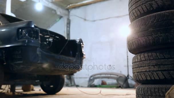 Horizontální snímek snímek hromadu pneumatik v garáži čerpací stanice