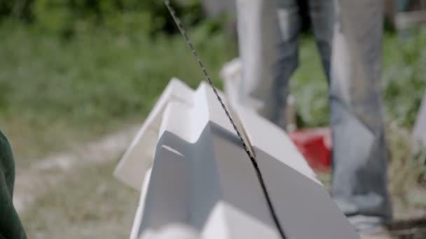 Maître pierre calcaire coupé à la main scie — Vidéo volodymyr ... 20a817ed6a6