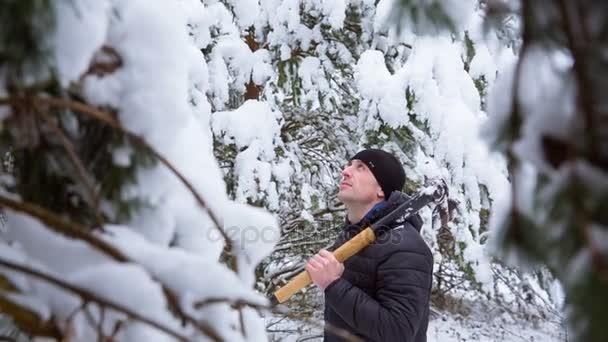Krásný muž hledá vánoční strom