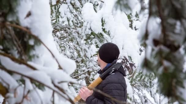 Muž našel vánoční strom sněhem