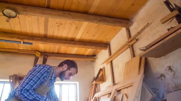 Carpenter používá přímočará pila pro výrobu nábytku