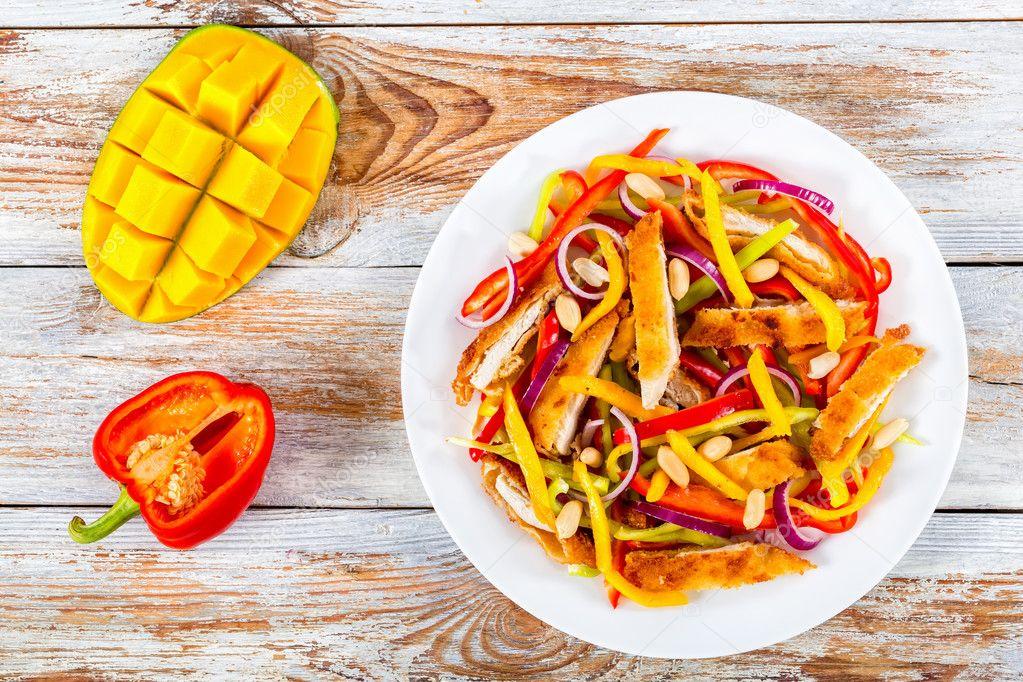 Tavuk Eti Mango Fıstık Dolmalık Biber Kırmızı Soğan Salata