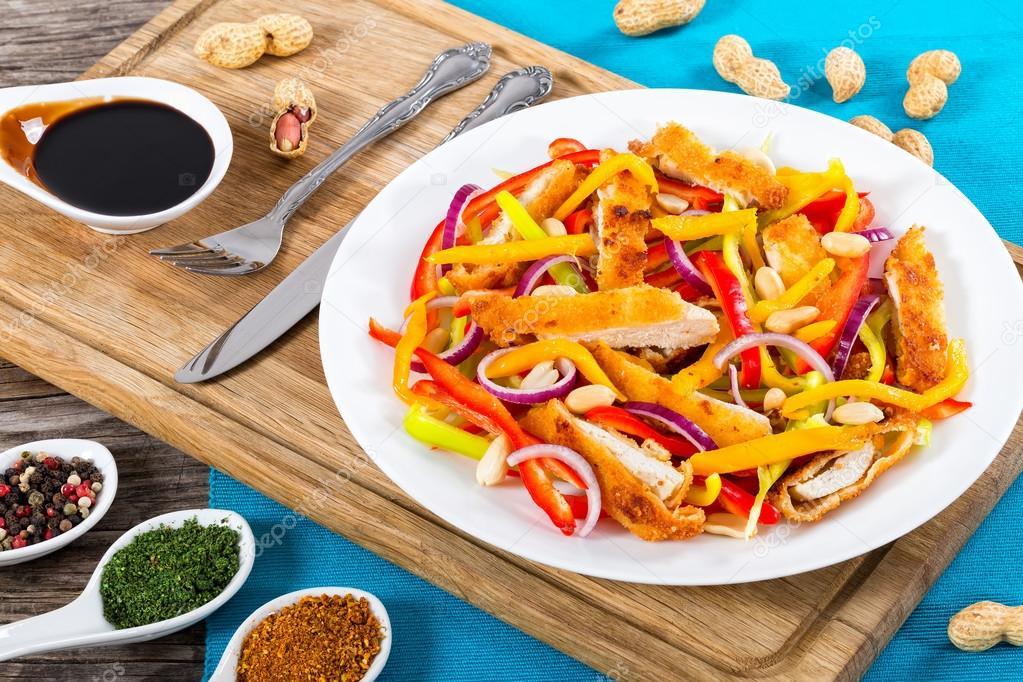 Ekmek Batırdın Tavuk Eti Mango Fıstık Dolmalık Biber Salatası