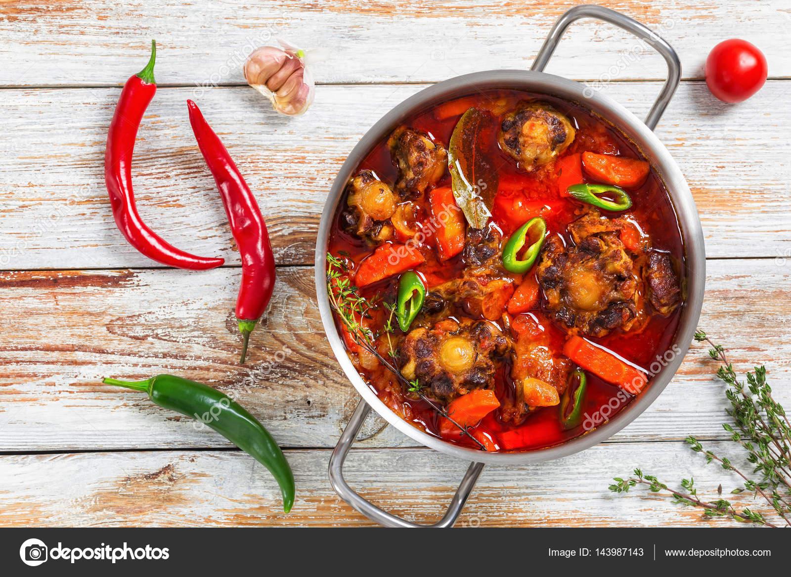 Andalusische Küche   Rabo De Toro Oder Ochsenschwanz Eintopf Stockfoto C Myviewpoint