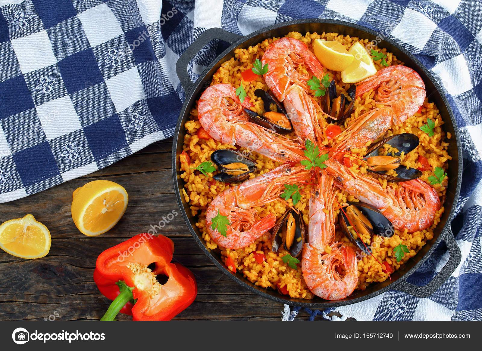Paella Di Valencia Di Pesce Con Re Gamberetti Foto Stock