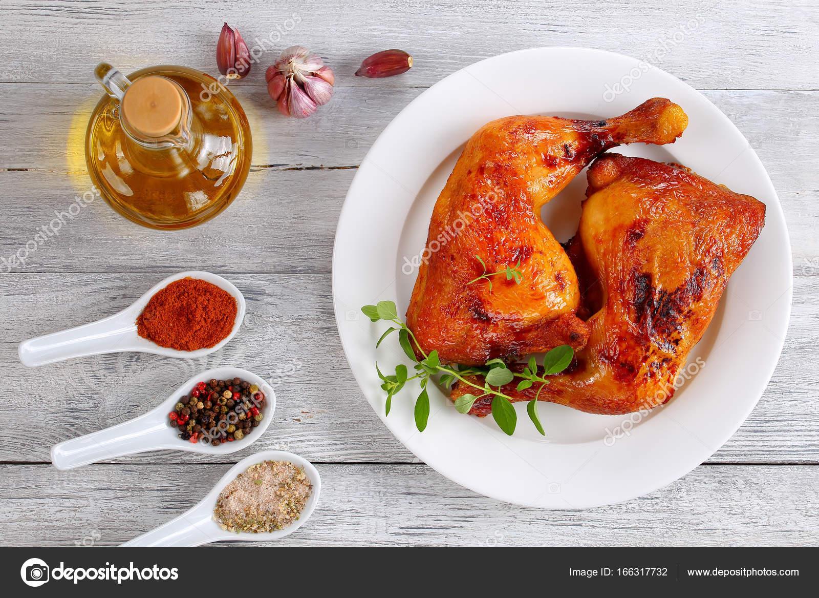 cuartos de pierna de pollo con piel crujiente — Fotos de Stock ...