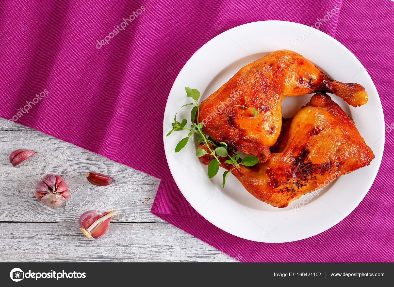 Cuartos de pierna de pollo asado en la placa — Foto de stock ...
