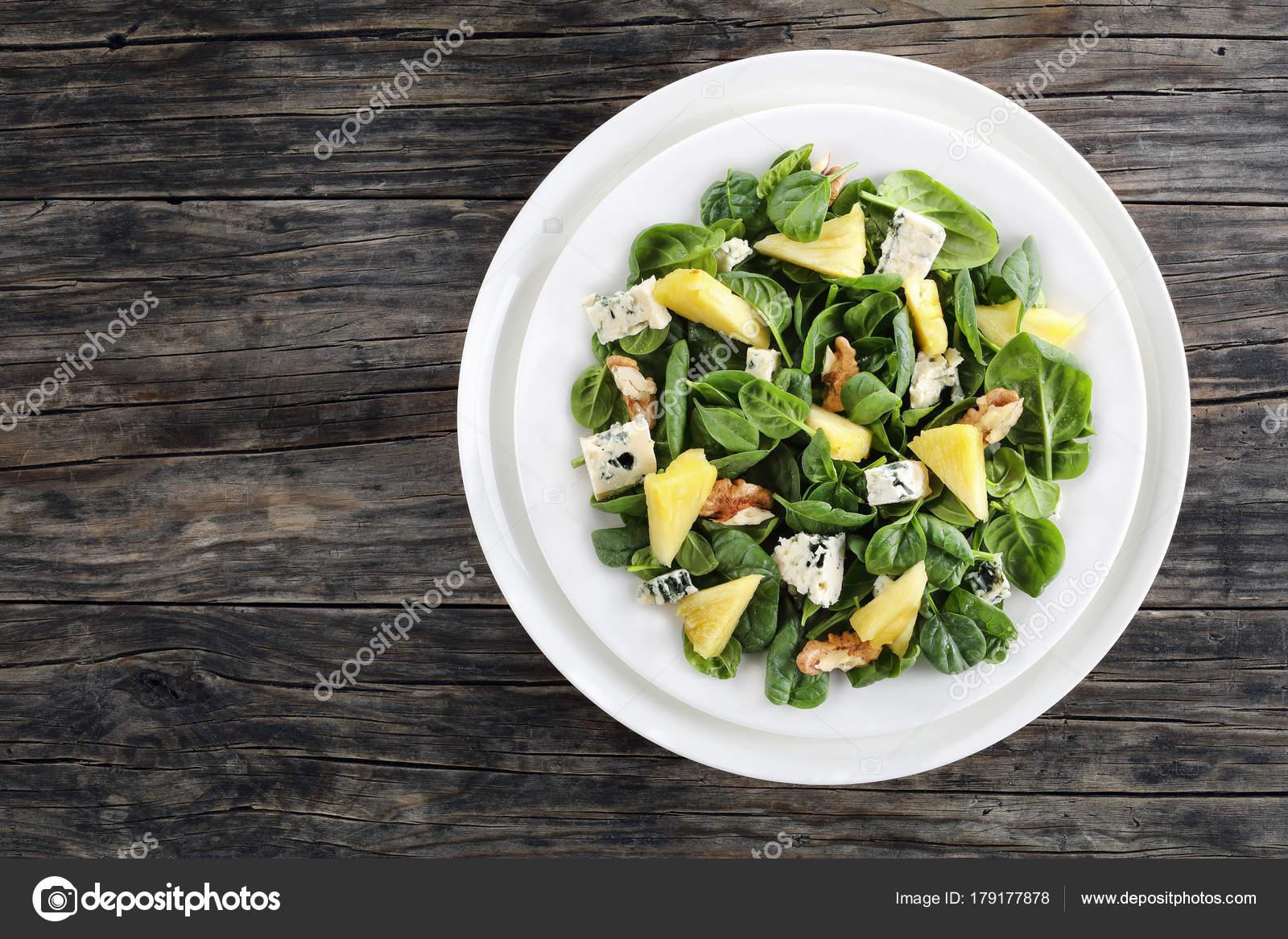 Szpinak Ananas Ser Plesniowy Salatka Z Orzechami Zdjecie