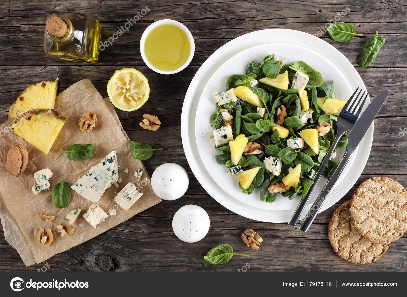 Salatka Z Lisci Szpinaku Ananas Ser Zdjecie Stockowe