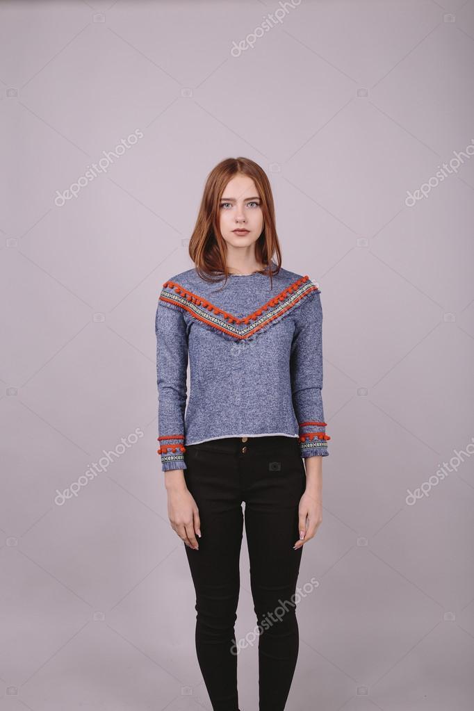 d4c87c1a83 Moda ritratto di una bella ragazza in camicia blu con nastro rosso e  pantaloni neri su uno sfondo grigio. Colpo dello studio. Prova di modello.  Spazio vuoto ...