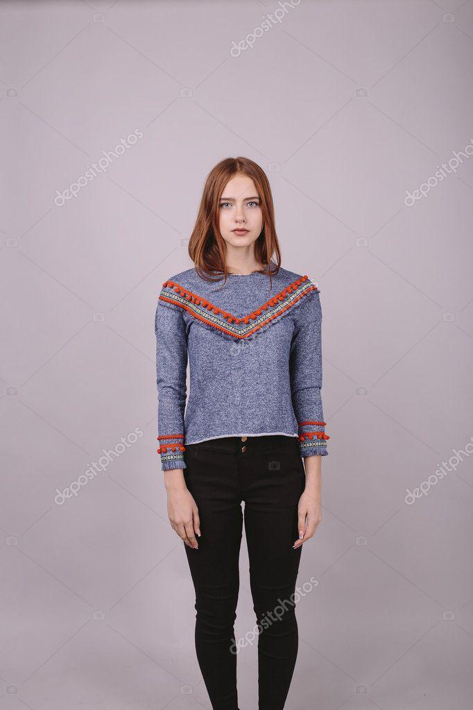 Mode portret van een mooi meisje in blauwe blouse met