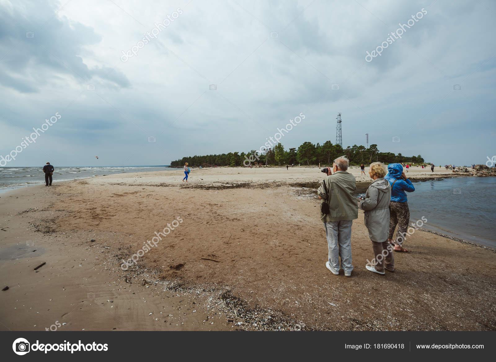 Рига латвия августа 2016 кайт серферов вблизи мыса колка латвия.