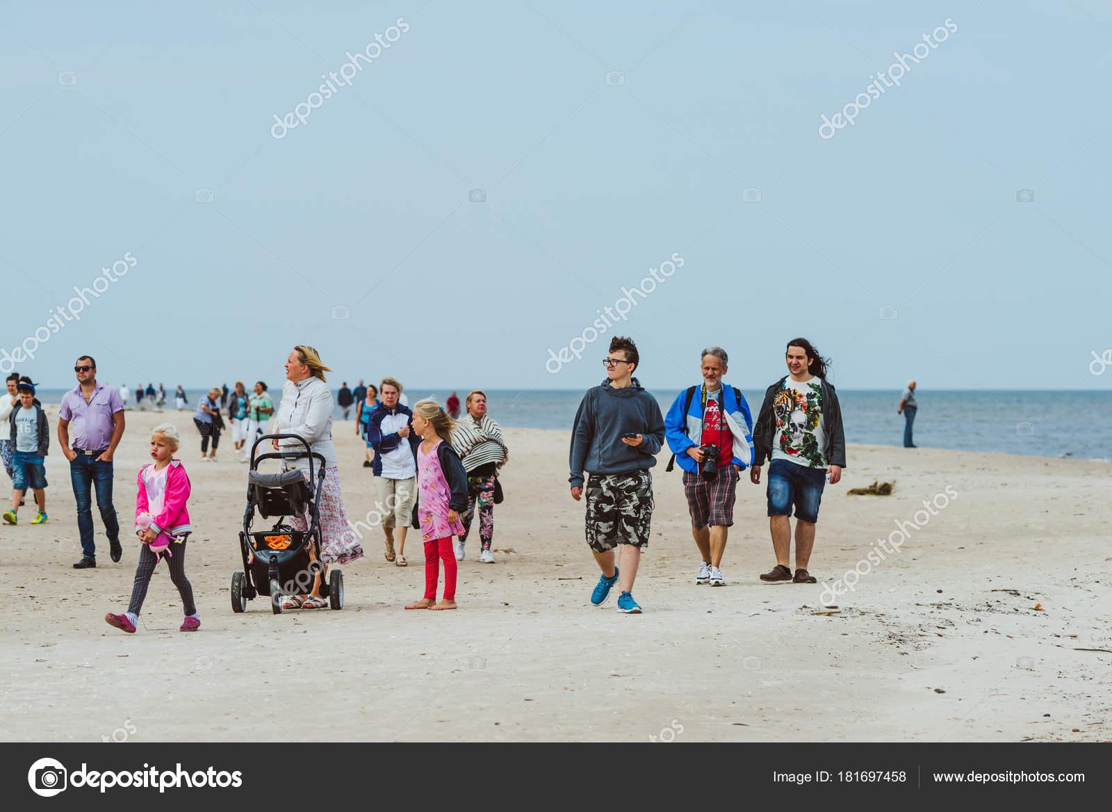 Рига латвия августа 2016 людей посещающих мыс колка латвия волны.