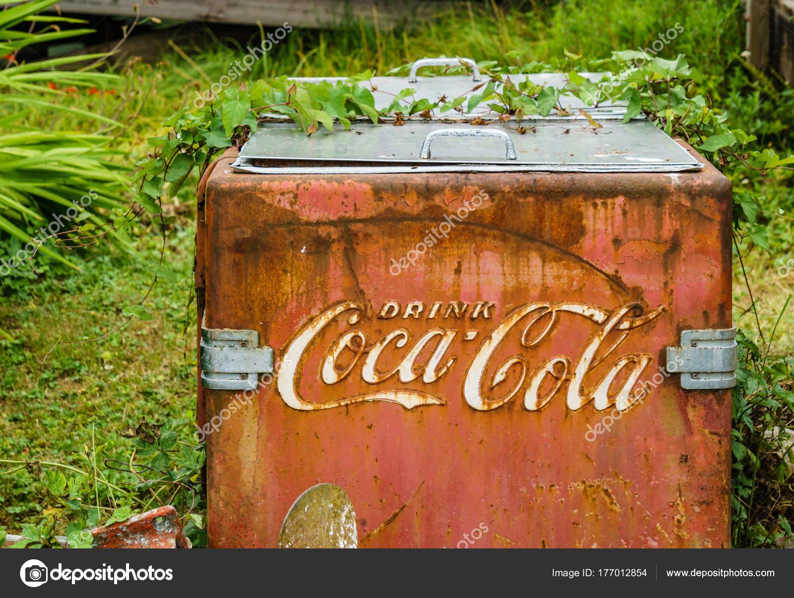 Coca Cola Kühlschrank Retro : Bamfield bc kanada 6. august 2017 alten roten rostigen coca cola