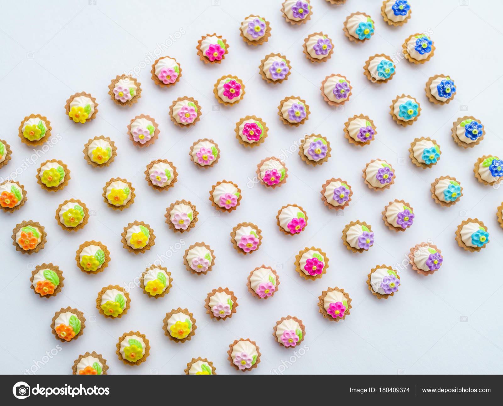 Beaucoup De Cupcakes Artificielles Sur La Surface Blanche