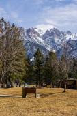 FAIRMONT HOT SPRINGS, KANADA - 19. března 2020: Rekreační vily v městečku ve skalnatých horách