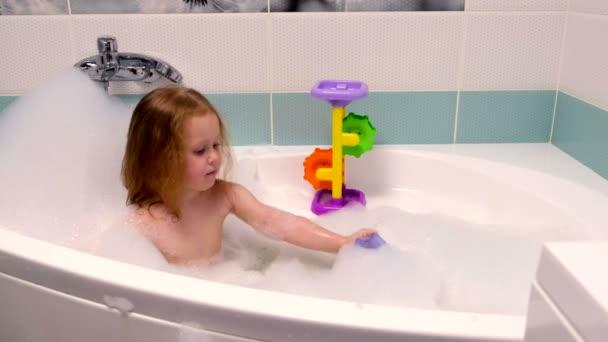 как девушка купается в ванной видео