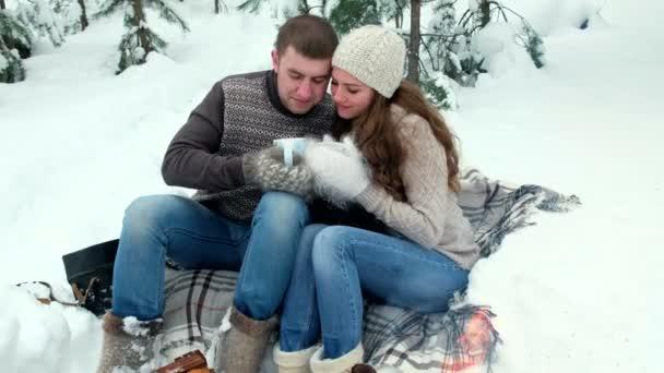 Парень с девушкой в лесу видео