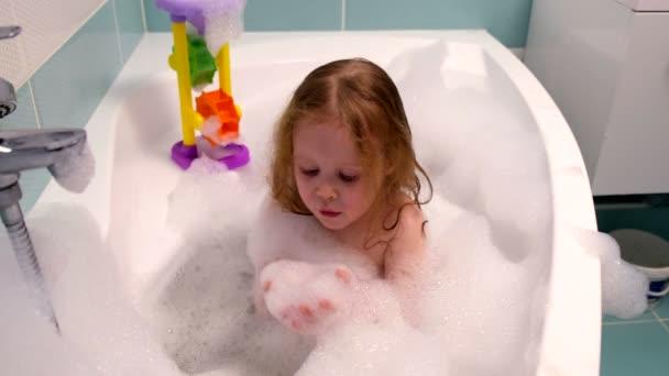 Девушка купаетсяв ванной фото 338-110