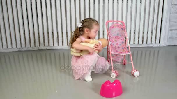 Dívka hry Panenka hospodářství a všeobjímající