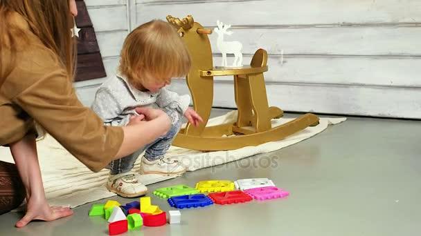 ragazza a giocare con i giocattoli
