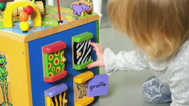 Mädchen spielen mit Spielzeug