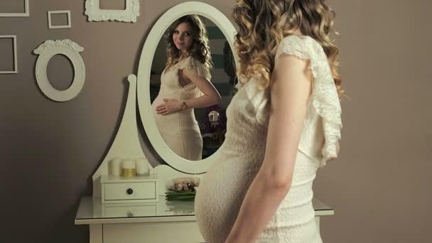 těhotná dívka před zrcadlem