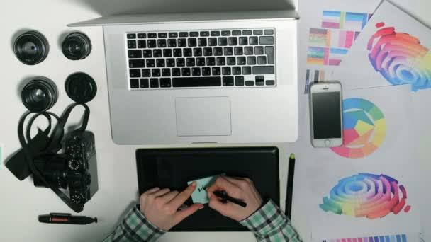 Pohled shora. Člověk je fotograf pracuje na jeho grafický tablet v design studio.