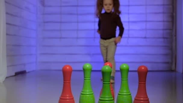 Malá holčička hraje bowling