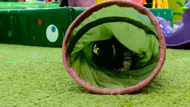 roztomilá holčička baví na hřiště