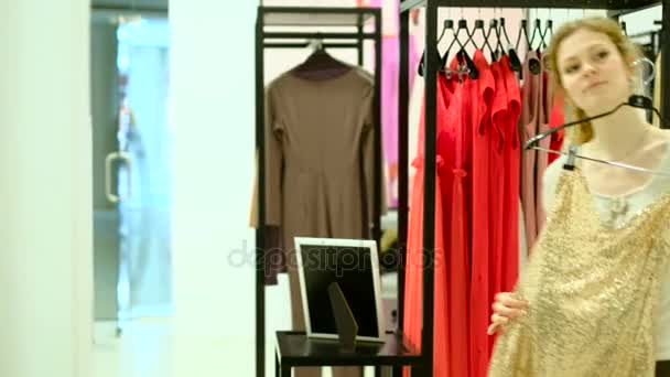 Lidé a fashion, portrét šťastné mladé ženy, usmíval se a vyzkoušet šaty v obchod s oblečením