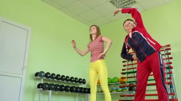 fröhliche ältere Frau beim Fitnesstraining 4k