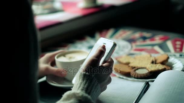 Dívka v kavárně pije cappuccino telefon 4k