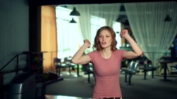 Mladá žena je házení míče v bowling Clubu Zpomalený pohyb