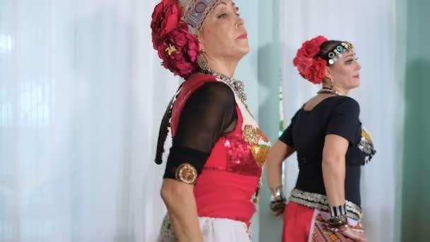 schöne Stammesfusionsfrau. Kostüm einer ethnischen Tänzerin. veru
