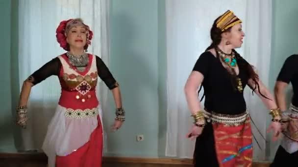 schöne Frau Tribal Fusion. Kostüm von ethnischen Tänzer. Veru