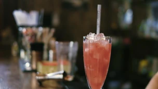 der Barmann bereitet einen Cocktail in der Nachtclubbar 4k zu
