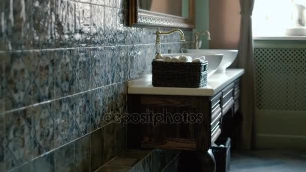 Detailní záběr na kulatý bílý dřez v moderní koupelně 4k