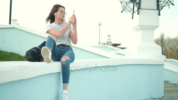 schöne sommerliche Frau beim Fotografieren am Telefon 4k