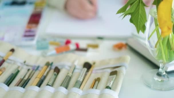 Künstlerin malt Aquarell malt 4k