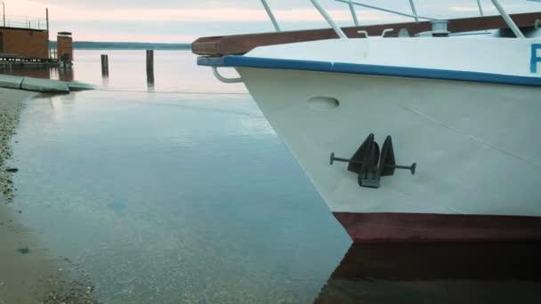 A hajó a kikötőben van