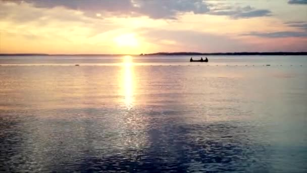 Krásný západ slunce na pláži, úžasné barvy, světelného paprsku svítí skrz závojem mračen nad Arabského zálivu krajina, Spojené arabské emiráty. Moře a pláž fhd Dubaj