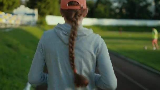 Atlet žena čekající v startovní blok na běžecké trati 4k