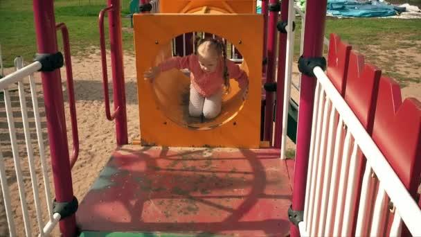 Kind gleiten auf einer Rutsche im Park, kleines Mädchen spielen auf Spielplatz, Kinder