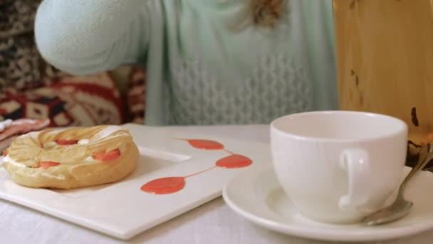 Šťastná žena jíst sladké chutné dezert