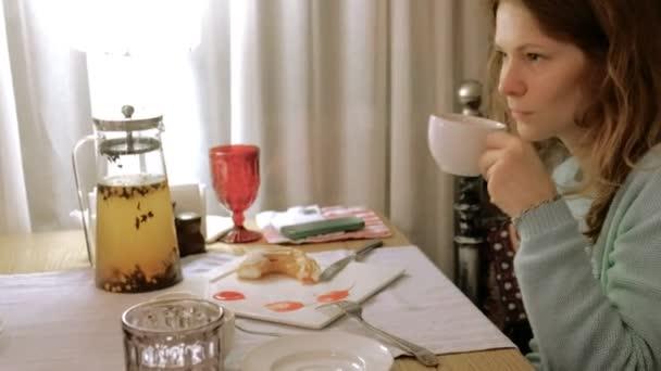 Boldog asszony étkezési édes finom desszert