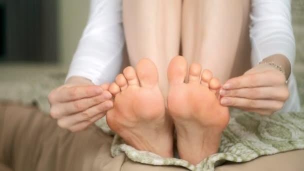 Žena s bolest nohou masáže nohou