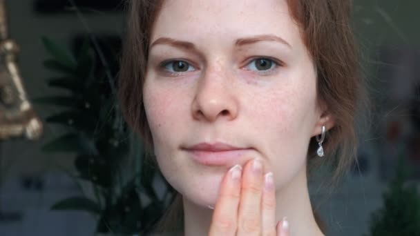 Portrét mladé ženy s dokonalou pleť použití den noční krém na ni dříve očistit obličej. Koncept péče o pleť, kosmetika, krása, wellness centrum, ošetření obličeje, masáž obličeje