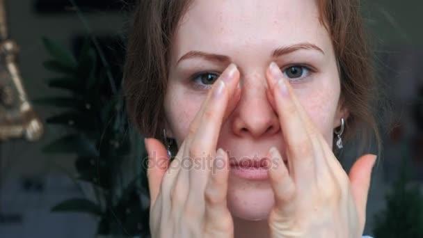 Tökéletes bőr alkalmazása egy nap éjszakai krém rá korábban fiatal nő portréja arc tisztítani. Bőrápolás, kozmetikumok, szépség, wellness-központ, arckezelés, arc masszázs fogalma